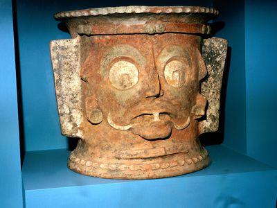 Maya Face, Urn